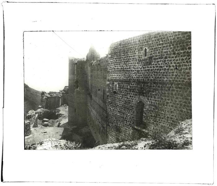 Front est: la tour maîtresse et le chevet de la chapelle