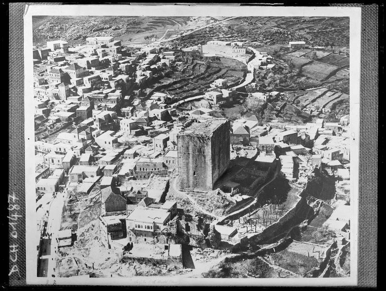 Reproduction d'une vue aérienne de la tour maîtresse au milieu de la ville