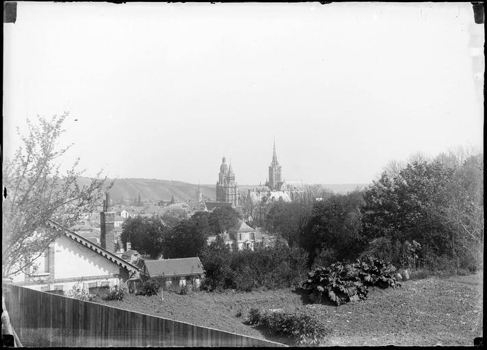 Vue générale, cathédrale en arrière-plan