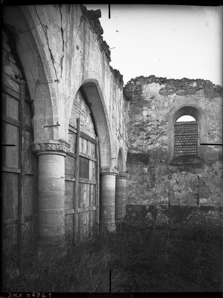 Détail des ruines : colonnes et arcs en ogive