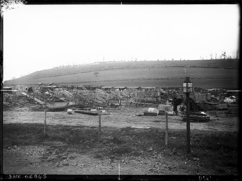 Charrettes et wagons dans un champ