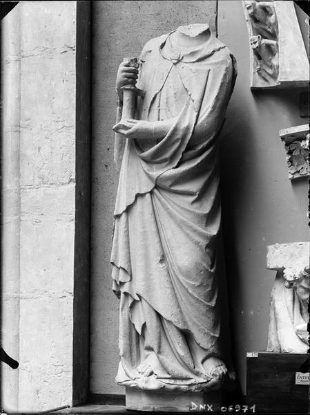 Statue acéphale déposée, autrefois à l'ébrasement droit du portail ouest