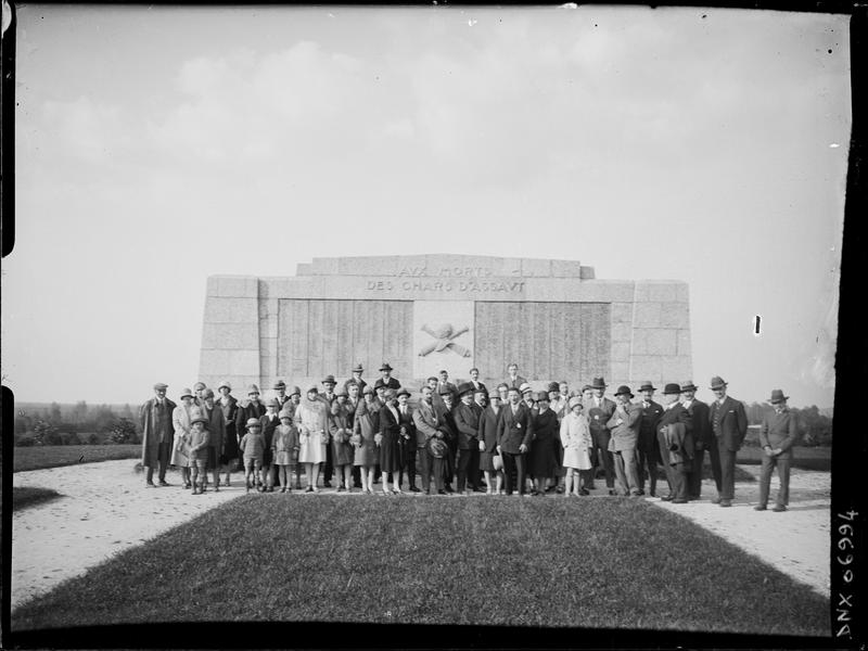 Groupe des anciens élèves de l'Ecole Régionale devant le monument