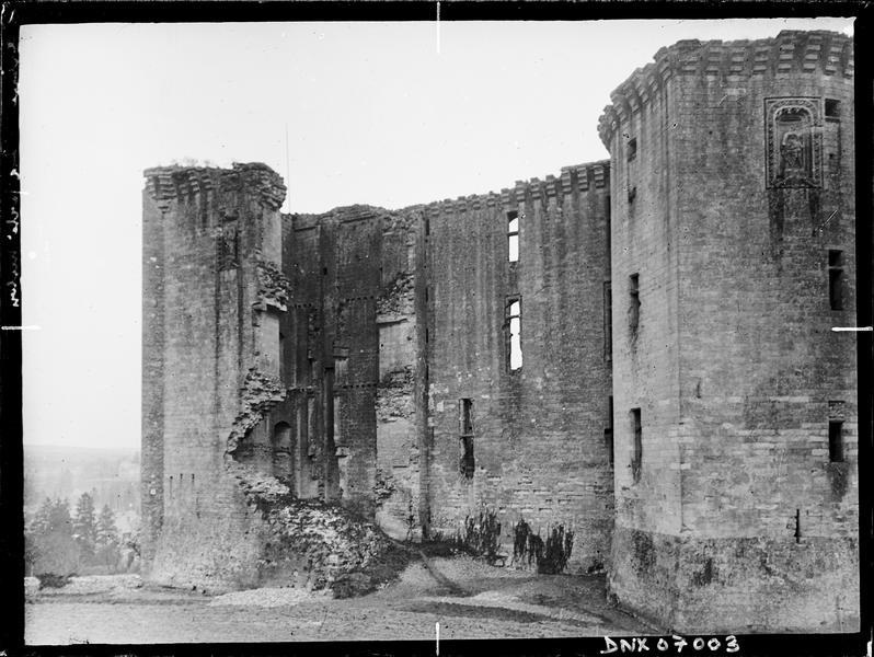 Tour et ruines de l'enceinte