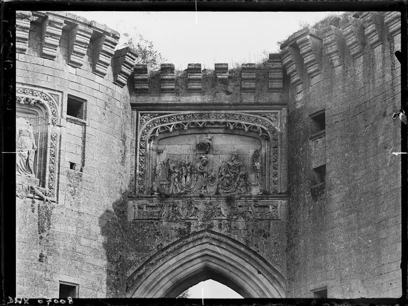 Haut-relief surmontant l'entrée du château : écu aux armes d'Orléans