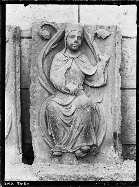 Haut-relief : femme adossée à des rinceaux, faisant un geste de bénédiction