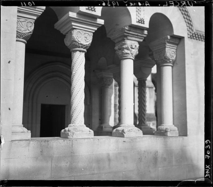 Porche : colonnettes et chapiteaux