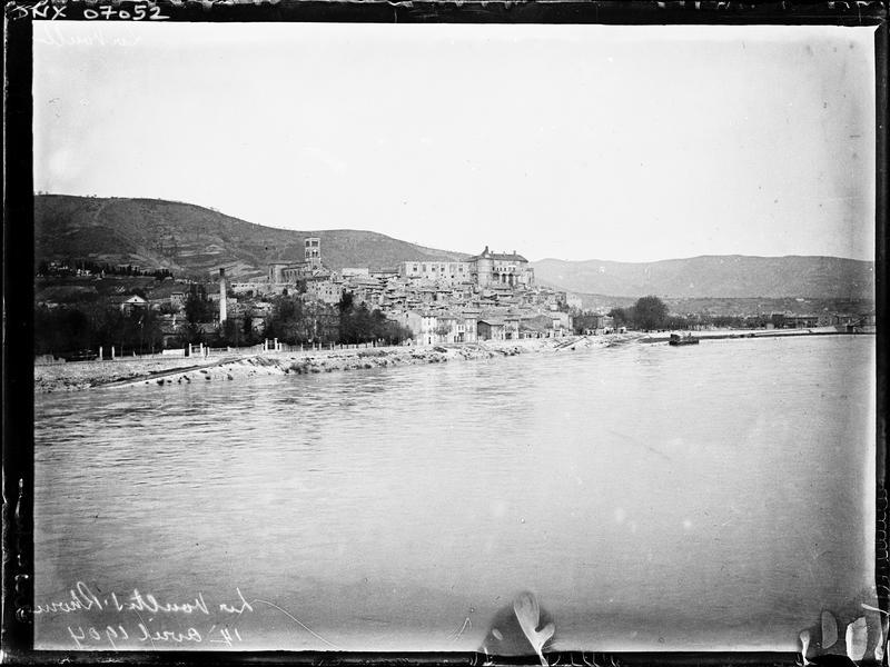 Village : vue générale au bord du Rhône