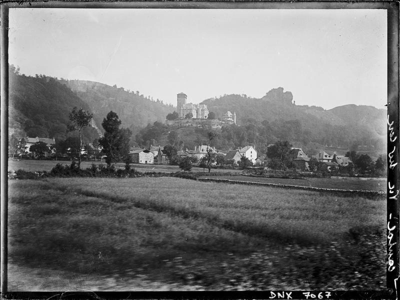 Le village : vue générale, château en arrière-plan