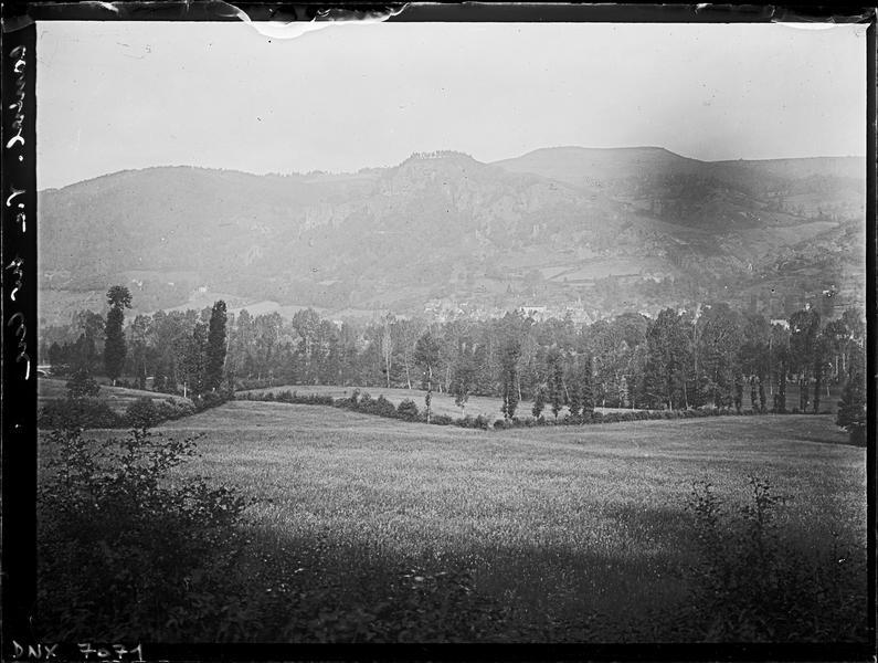 Paysage : vallée au premier plan, village au pied de la montagne