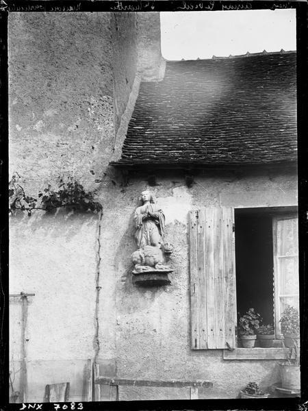 Statue de sainte Marthe debout sur la tarasque