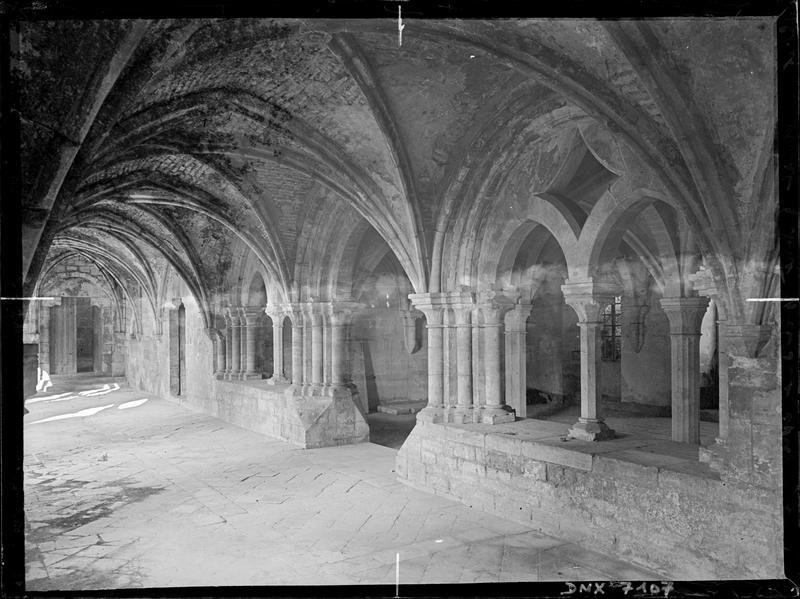 Galerie est du cloître et entrée de la salle capitulaire