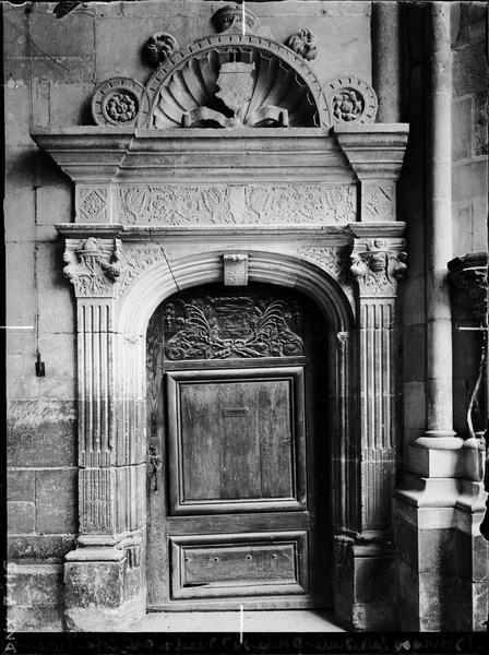 Porche sud, côté droit : détail de porte