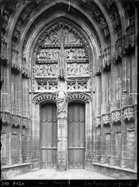 Premier portail de la façade ouest : porte Saint-Guillaume