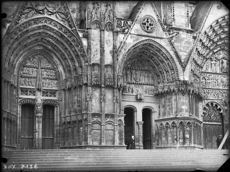 Façade ouest : du premier au troisième portail