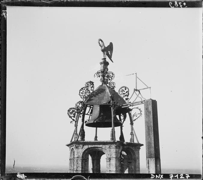 Cloche surmontant la tour