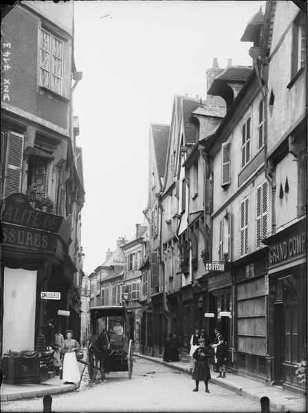Rue : devantures et maisons anciennes
