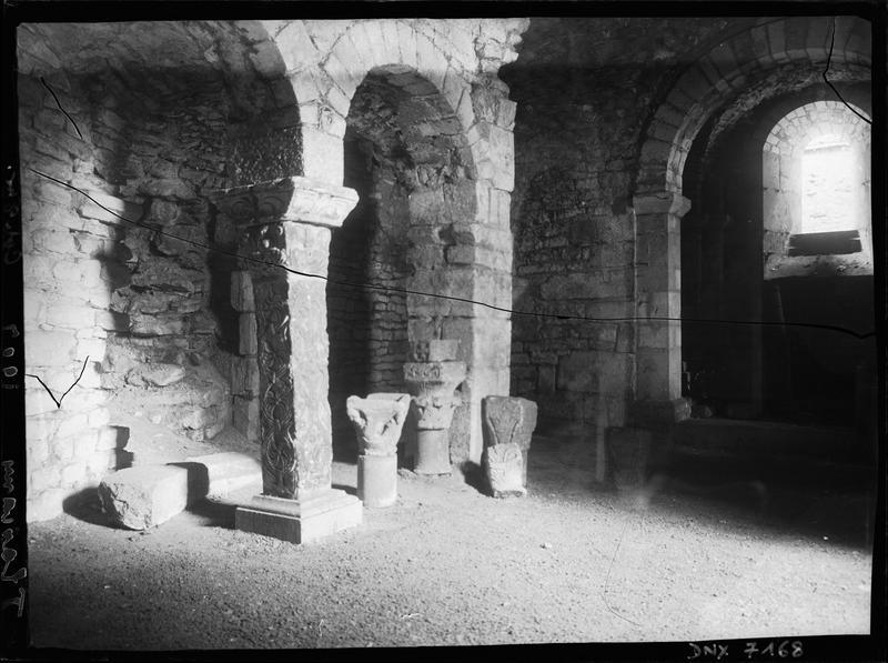 Crypte : pilier sculpté, chapiteaux déposés