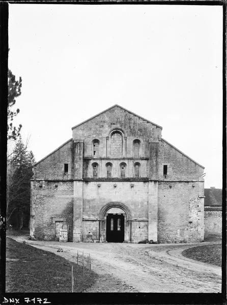 Eglise : façade ouest, vue axiale