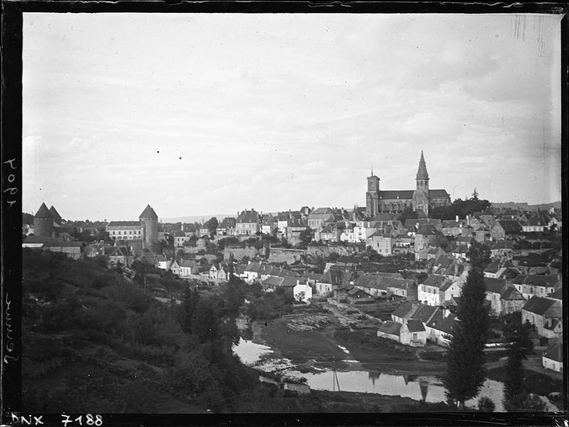 La ville : vue plongeante au bord de l'Armançon