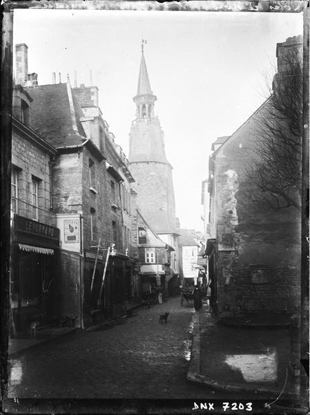 Vue de la tour en arrière-plan d'une rue