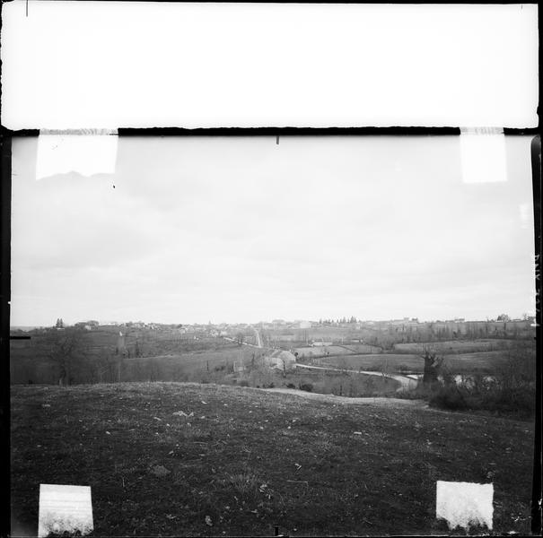 Vue panoramique du village au milieu des champs
