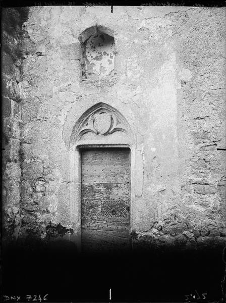 Porte surmontée d'une ogive sculptée