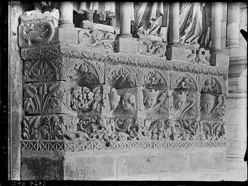 Portail de la façade nord sous le porche : soubassement des statues de l'ébrasement droit