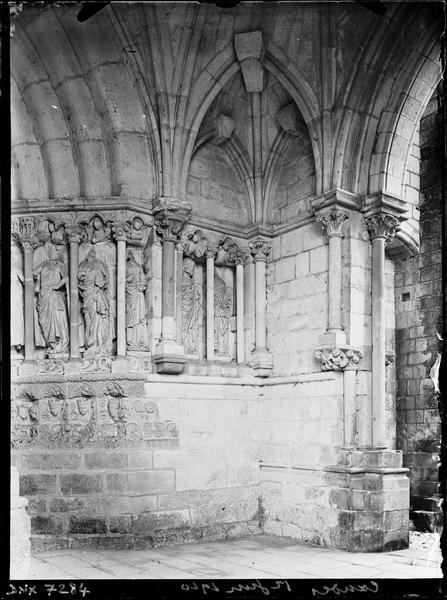Portail de la façade nord sous le porche : statues de l'ébrasement droit