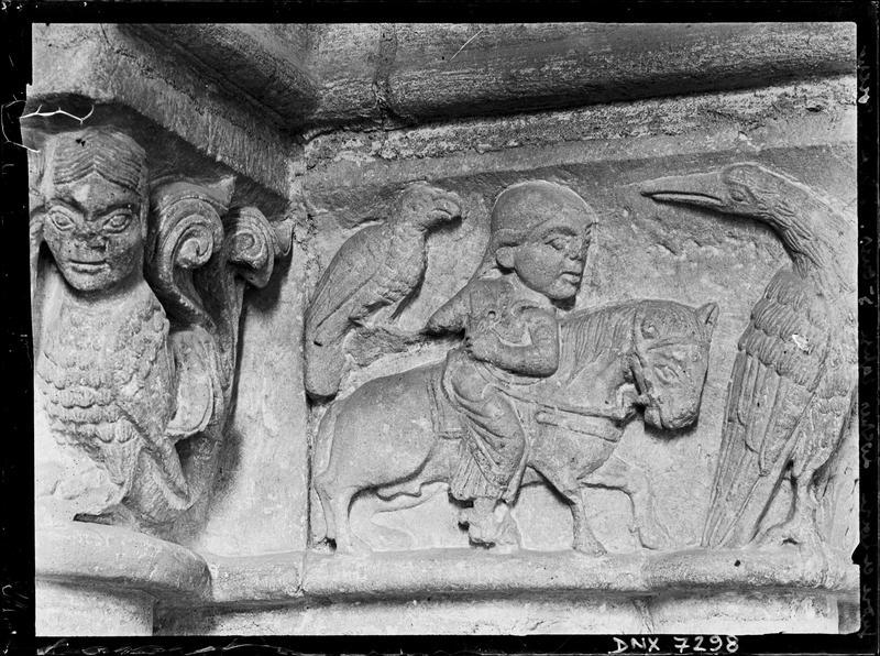 Chapiteaux du porche ouest : harpie et fauconnier à cheval