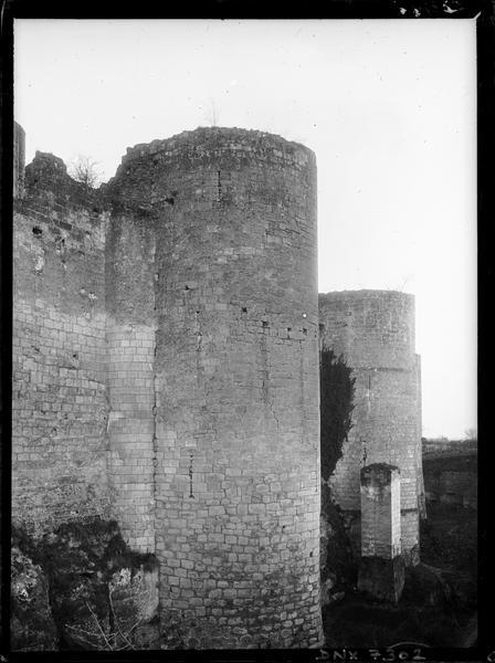Vieux Château : tours de l'enceinte