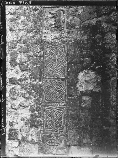 Portail nord : entrelacs carolingiens