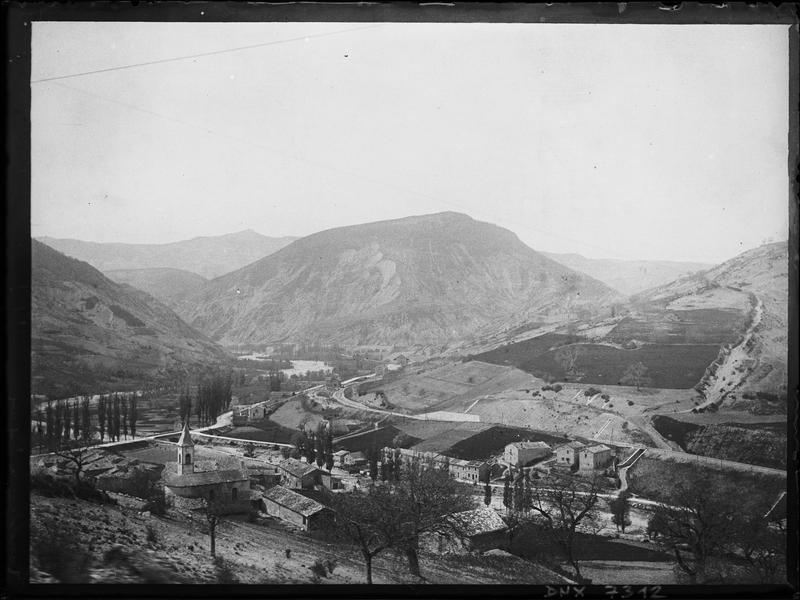 Vue panoramique de la ville au pied des collines