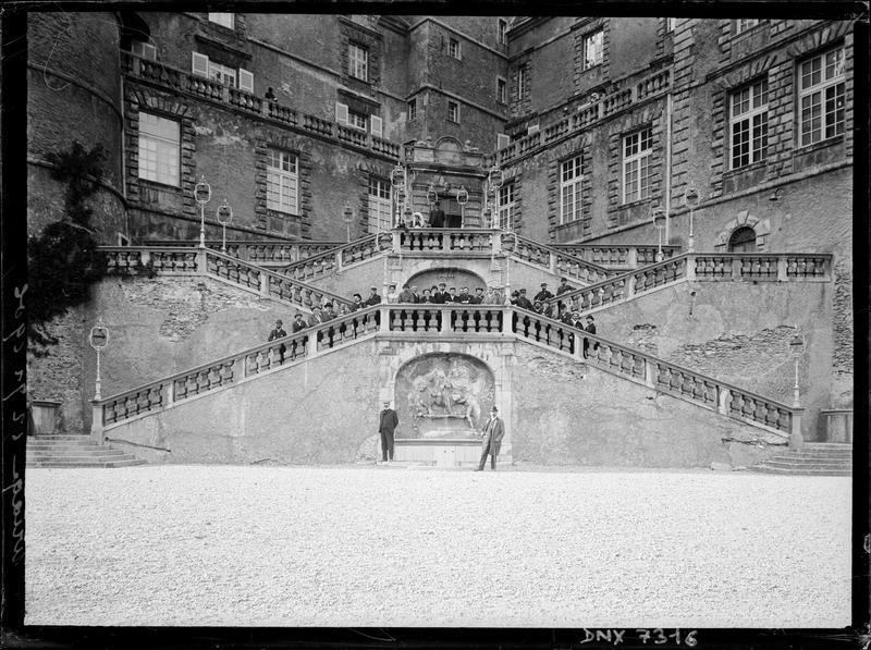 Château : escalier d'honneur et base de la tour ronde