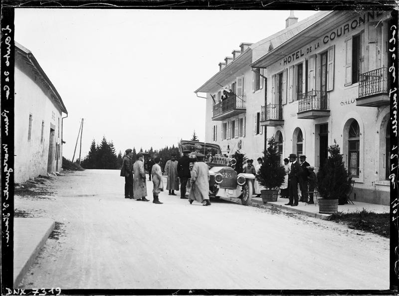 Automobile de la reine Marguerite d'Italie garée devant la façade de l'hôtel