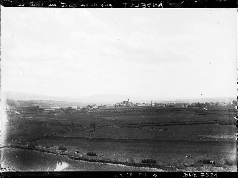 Vue à distance de la ville prise de la gare, avec le mont Rivel au loin
