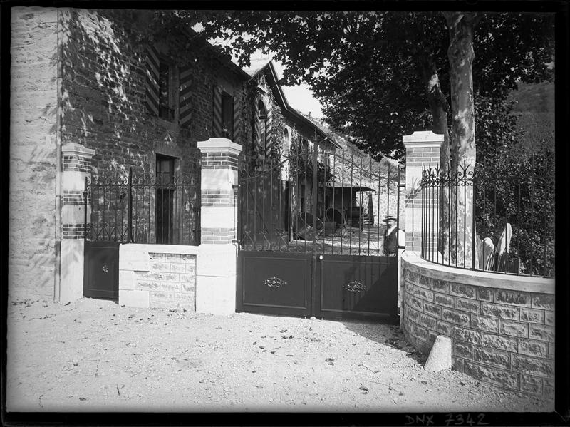 Façade sur cour derrière le portail fermé
