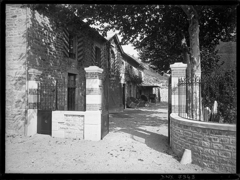 Façade sur cour derrière le portail ouvert