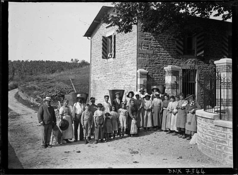 Portrait de groupe devant la façade : vignerons équipés de leur hotte