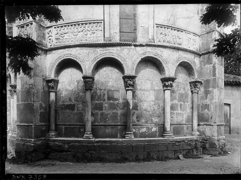Abside, arcatures et bas-reliefs : la Cène et le Baiser de Judas