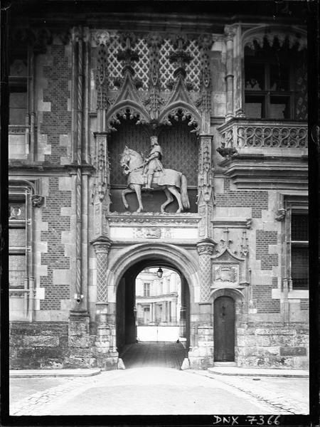 Aile Louis XII : portail d'entrée surmonté d'une statue équestre