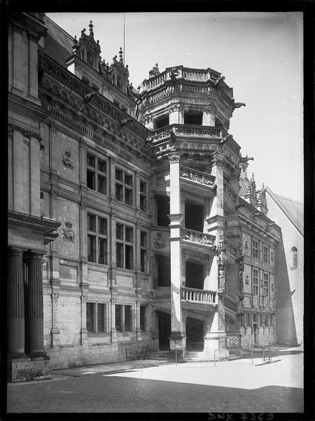 Aile François Ier : escalier extérieur, vue diagonale
