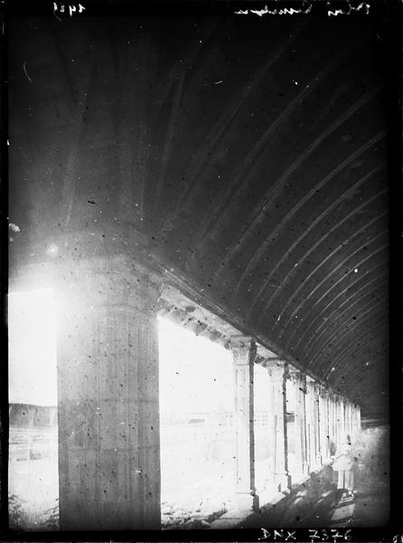 Galerie, intérieur : piliers et charpente