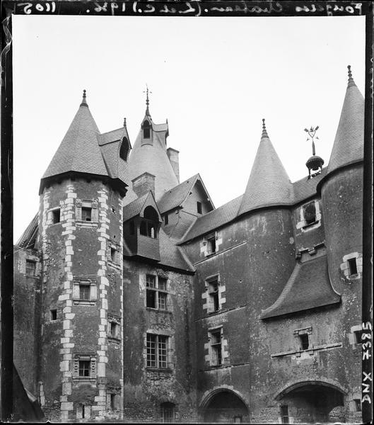 Cour intérieure : aile ouest avec tourelle d'escalier