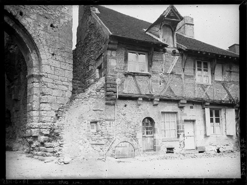 Vue intra-muros de la porte d'En-Haut et façade de la maison attenante