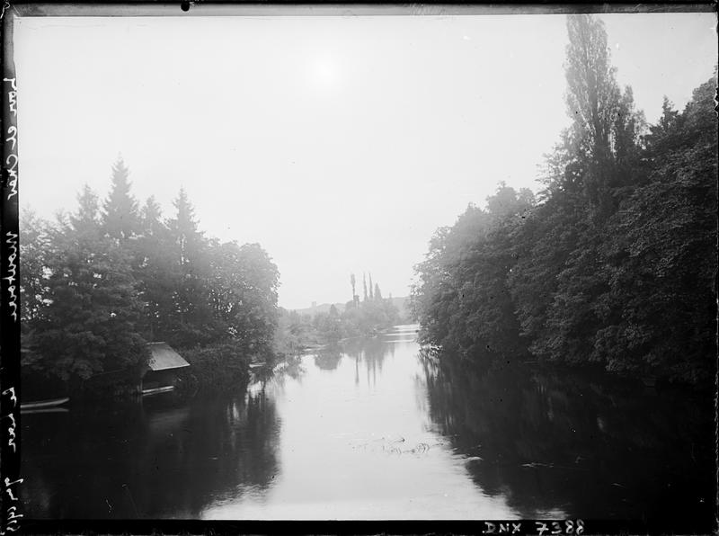 Vue perspective du Loir : arbres et lavoir
