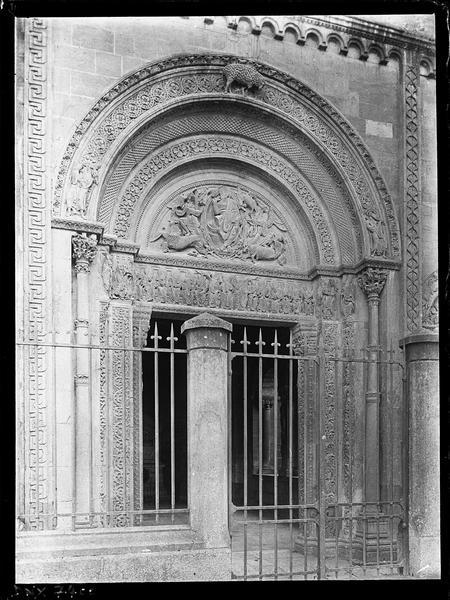 Eglise : portail principal du narthex