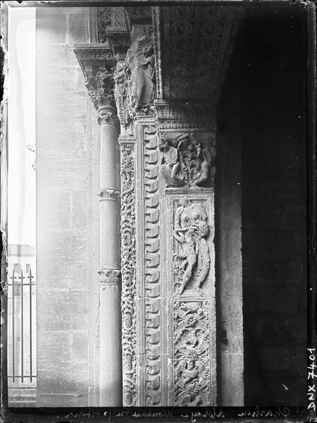 Eglise : détail d'un montant du portail principal du narthex