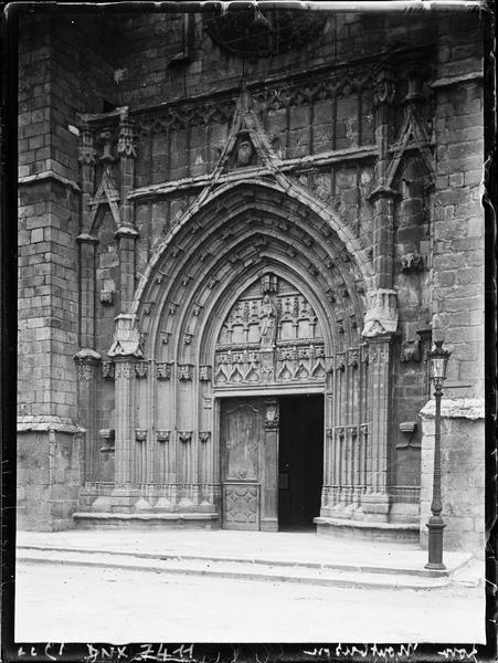 Façade ouest : portail, vue diagonale