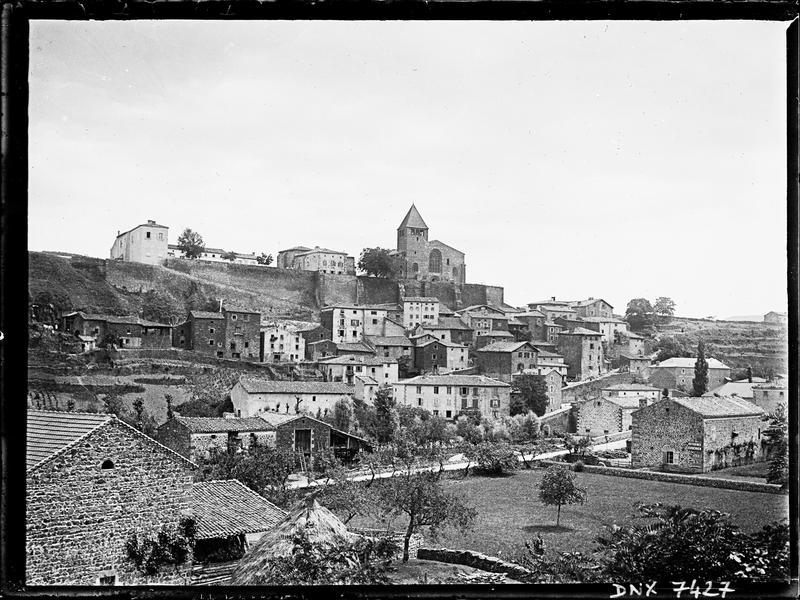 Le village : vue d'ensemble avec l'église Saint-Saturnin à l'arrière-plan